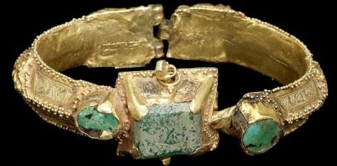 A-Seljuk-turquoise-set-gold-Bangle-min فیروزه و روش تشخیص حرفهای آن + تمام خواص سنگ فیروزه + احادیث