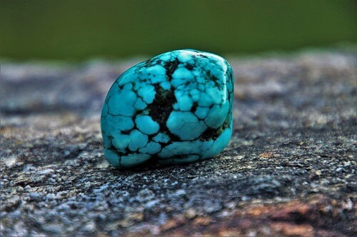 turquoise-stone-min فیروزه و روش تشخیص حرفهای آن + تمام خواص سنگ فیروزه + احادیث