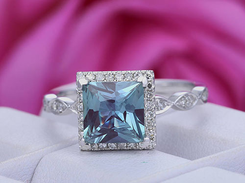 Alexandrite-woman-ring الکساندریت: تمام ویژگی های شگفت انگیز + خواص الکساندریت هفت رنگ