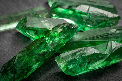 emerald-9 زمرد: خواص انگشتر و سنگ زمرد سبز + ویژگی ها و نحوه تشخیص سنگ زمرد