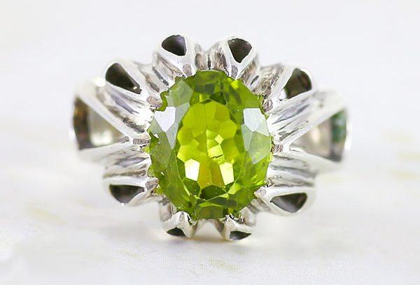 peridot-ring-e1570005900471 سنگ زبرجد: خواص سنگ زبرجد سبز در اسلام، روش تشخیص، نگهداری و قیمت زبرجد