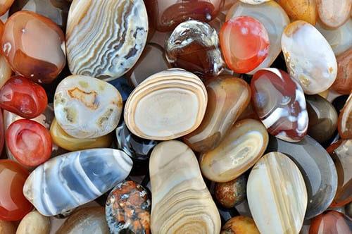 types-of-agates3 عقیق : پیشینه، انواع، تشخیص اصالت، روایات، خواص و قیمت سنگ عقیق اصل