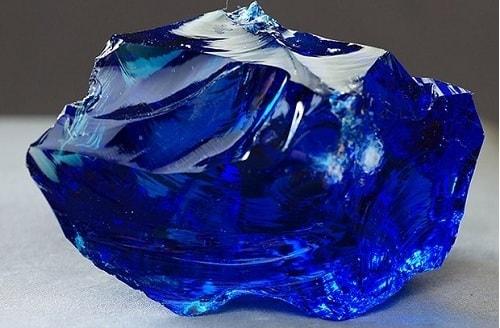 Raw-sapphire-min یاقوت کبود: خواص اعجاب انگیز سنگ یاقوت کبود برای روح و جسم