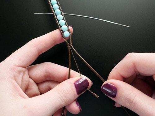 How-to-make-bracelets-13 دستبند مهره ای : تصاویر ۶۰ مدل دستبند مهره ای دست ساز + آموزش ساخت