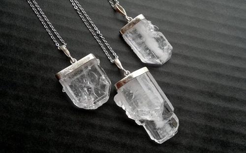 Quartz-Necklaces سنگ ماه تولد اسفند مطابق توافق جهانی و خواص کامل سنگ ماه اسفند