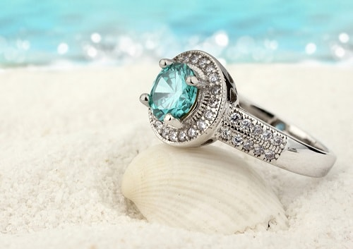 aquamarine-ring سنگ ماه تولد اسفند مطابق توافق جهانی و خواص کامل سنگ ماه اسفند