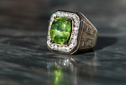 beautiful-peridot-ring سنگ ماه تولد مهر : بررسی تخصصی سنگ ماه مهر + خواص + قیمت
