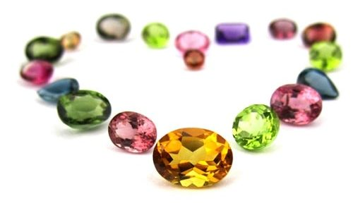 birthstones-emerald-e1567521665327 سنگ ماه تولد فروردین : بررسی تخصصی انواع سنگ ماه فروردین + خواص + قیمت