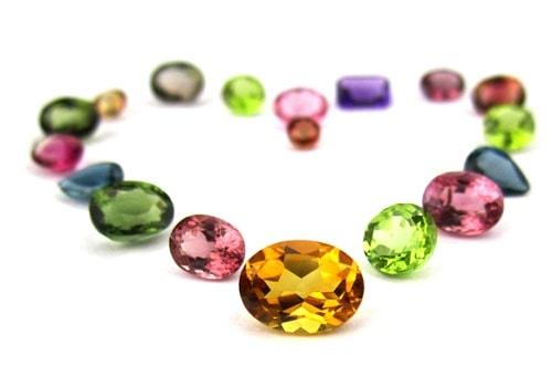 birthstones-emerald سنگ ماه تولد اردیبهشت مطابق توافق جهانی + خواص کامل سنگ ماه اردیبهشت