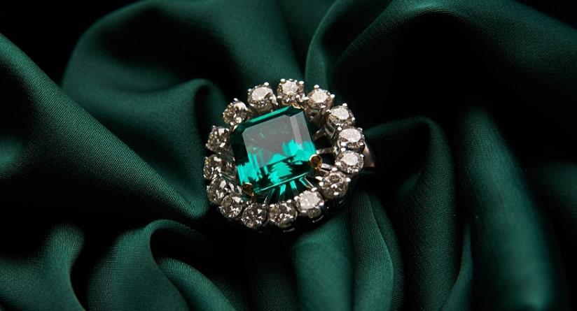 emerald-ring-birth-stone سنگ ماه تولد اردیبهشت مطابق توافق جهانی + خواص کامل سنگ ماه اردیبهشت