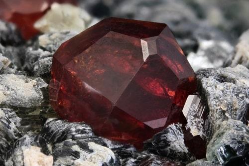garnet-stone5 لعل و همه چیز درباره آن + خواص لعل + بررسی کامل سنگ لعل بدخشان