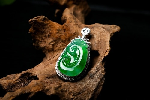 jade-necklace-2 یشم: معرفی و شناخت کامل سنگ یشم، خواص و قیمت سنگ یشم