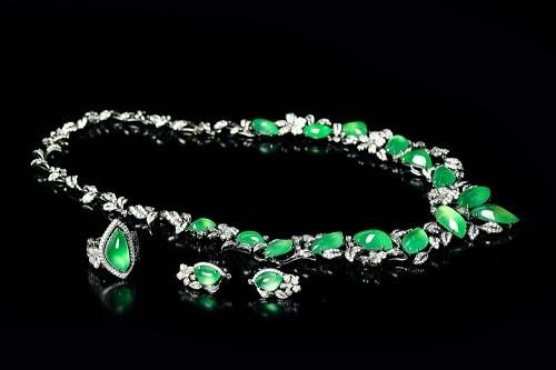 jade-necklace یشم: معرفی و شناخت کامل سنگ یشم، خواص و قیمت سنگ یشم