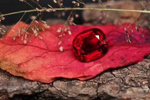 red-gem سنگ ماه تولد آبان :بررسی تخصصی انواع سنگ ماه آبان + خواص + قیمت