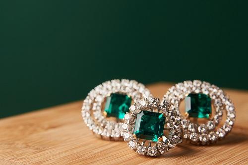 Set-of-emeralds سنگ ماه تولد تیر : بررسی تخصصی انواع سنگ ماه تیر + خواص + قیمت