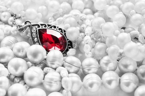 red-ruby-necklace سنگ ماه تولد تیر : بررسی تخصصی انواع سنگ ماه تیر + خواص + قیمت